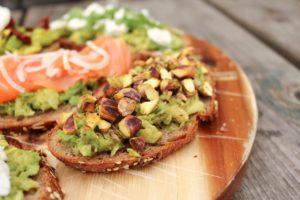 Avocado toast met pistache noten en chilipeper