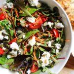 Salade met wortel, tomaatjes en geitenkaas