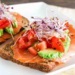 Toast_met_zalm_avocado_en_tomatensalsa