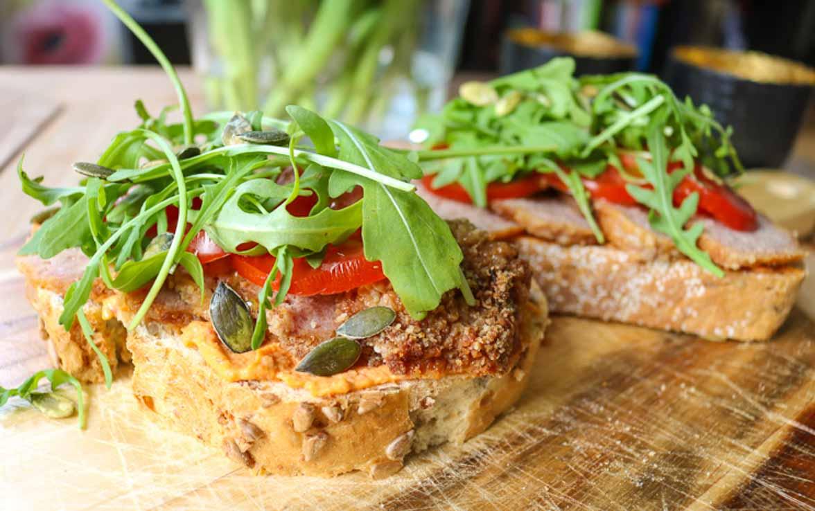 Toast met gehakt, hummus en tomaat