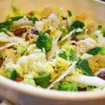 Groentensalade met amandelen en kaaskoekjes